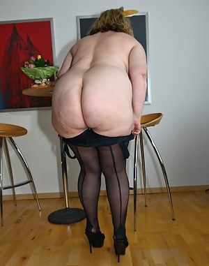 mature woman nude shows ass hole